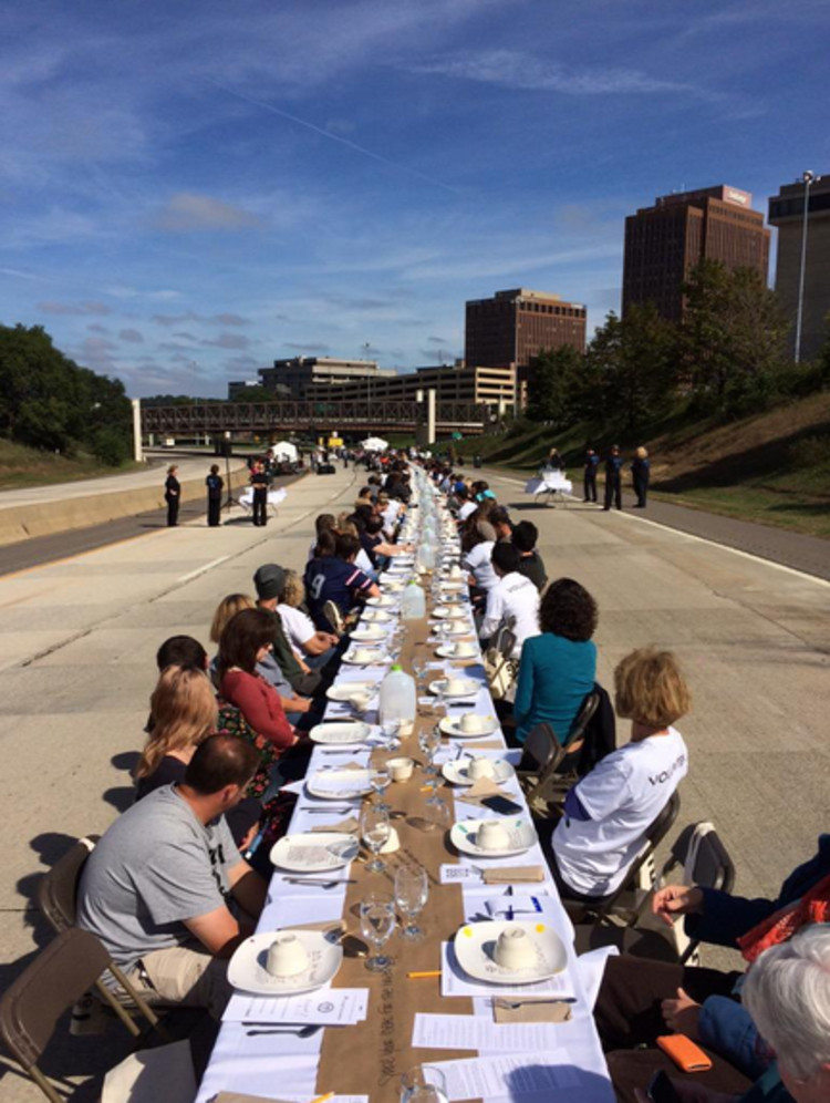 """500 pessoas invadem uma rodovia para um almoço comunitário em Ohio, """"500 Plates"""" em Akron, Ohio, EUA. Foto por @ediblecleveland. Imagem via Twitter"""