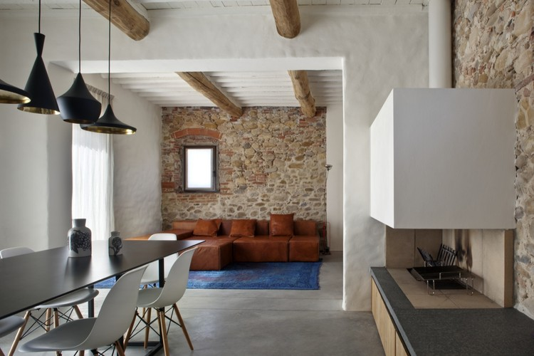 Country house renovation mide architetti archdaily for Casa di campagna arredamento