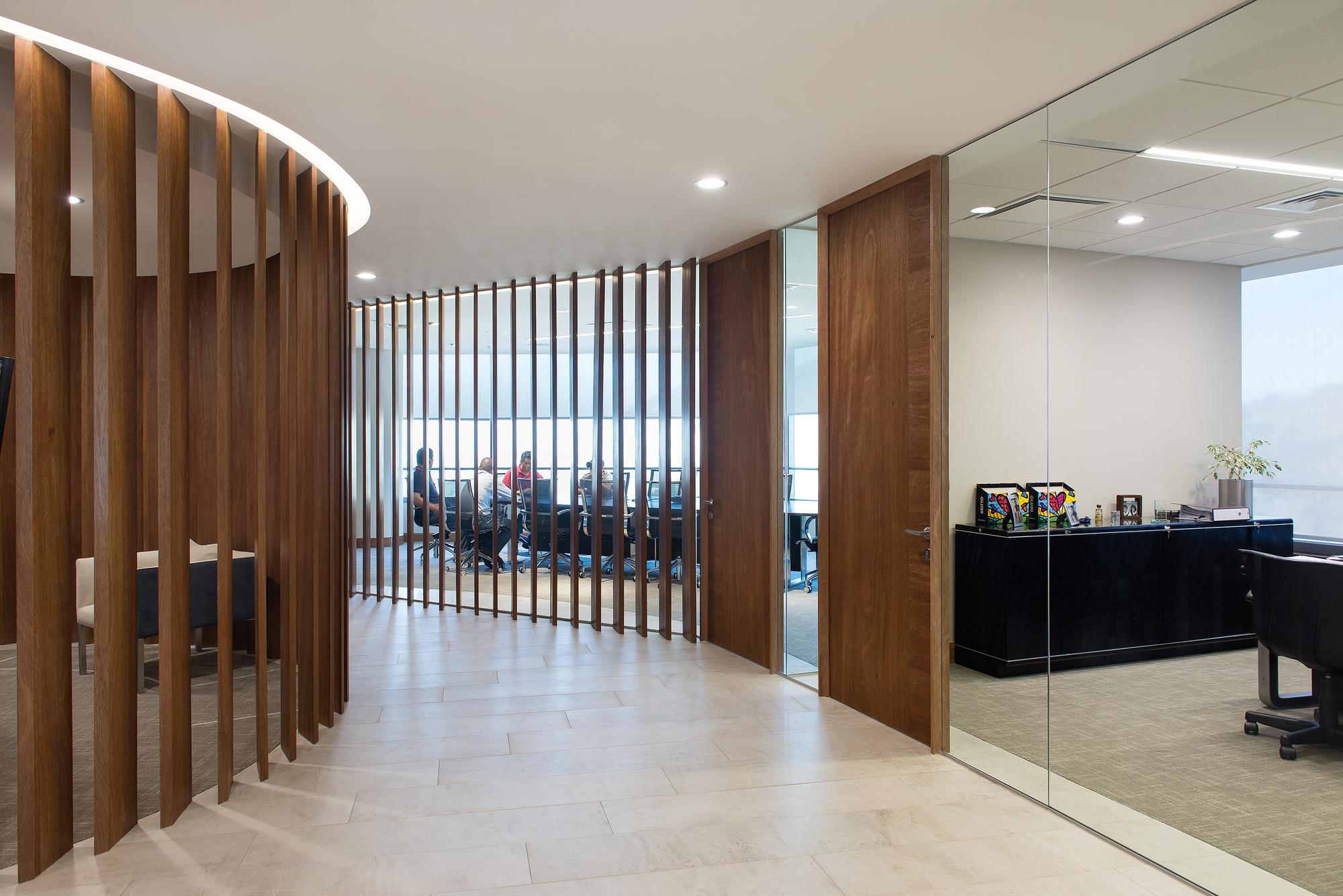 Interiorismo Oficinas Piso 17 Parque Titanium / Marsino Arquitectura ...