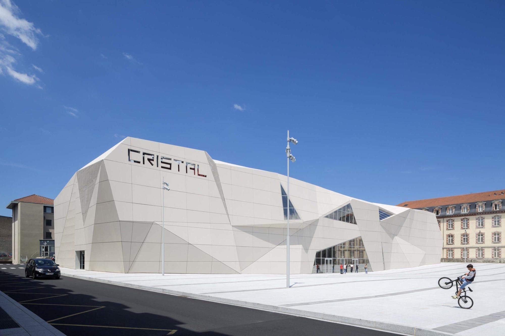 Gallery of Le Cristal Cinema and Michel Crespin Square / Linéaire