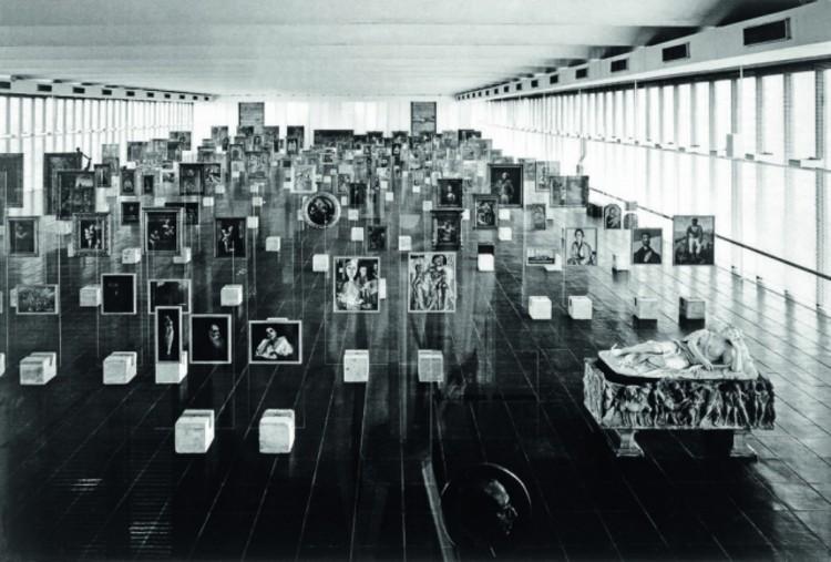 MASP traz de volta os cavaletes de vidro de Lina Bo Bardi, Pinacoteca do Masp com exposição permanente do acervo, como era originalmente, em 1968, no ano da inauguração do museu. Foto: Divulgação