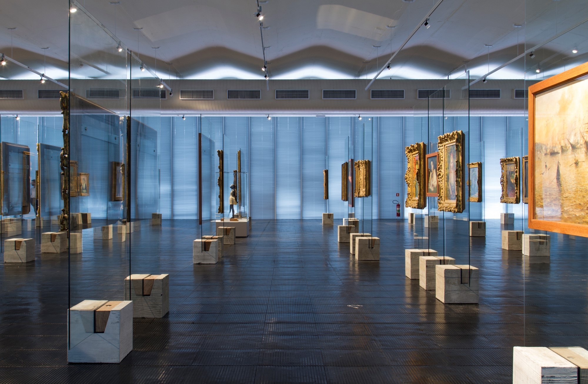 Gallery Of Concrete And Gl Lina Bo Bardi S Easels A
