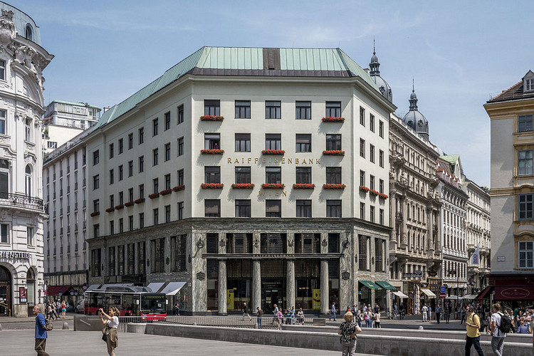 Spotlight: Adolf Loos, Goldman & Salatsch Building. Image © <a href='https://commons.wikimedia.org/wiki/File:Looshaus_Michaelerplatz.JPG'>Wikimedia user Thomas Ledl</a> licensed under <a href='https://creativecommons.org/licenses/by-sa/4.0/deed.en'>CC BY-SA 4.0</a>