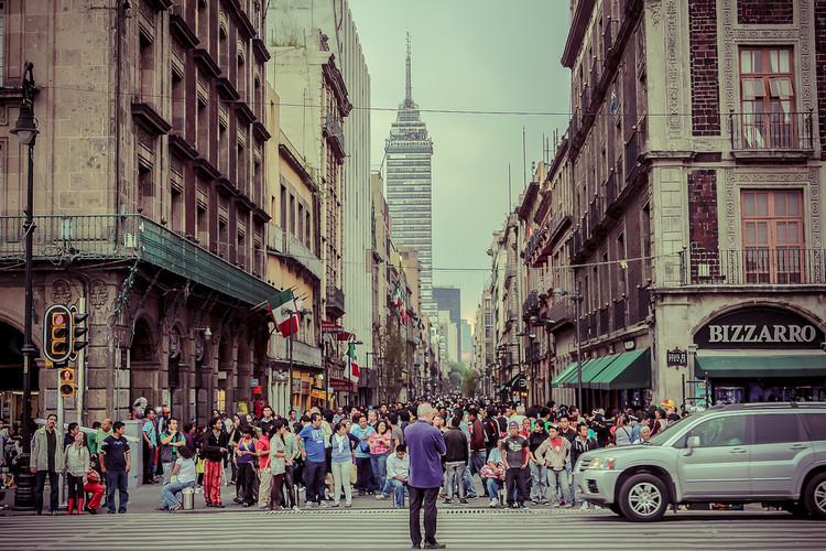 """Cidade do México aprova a política """"Visão Zero"""" no seu regulamento de trânsito, Cidade do México. © iivangm. Imagem via Flickr"""
