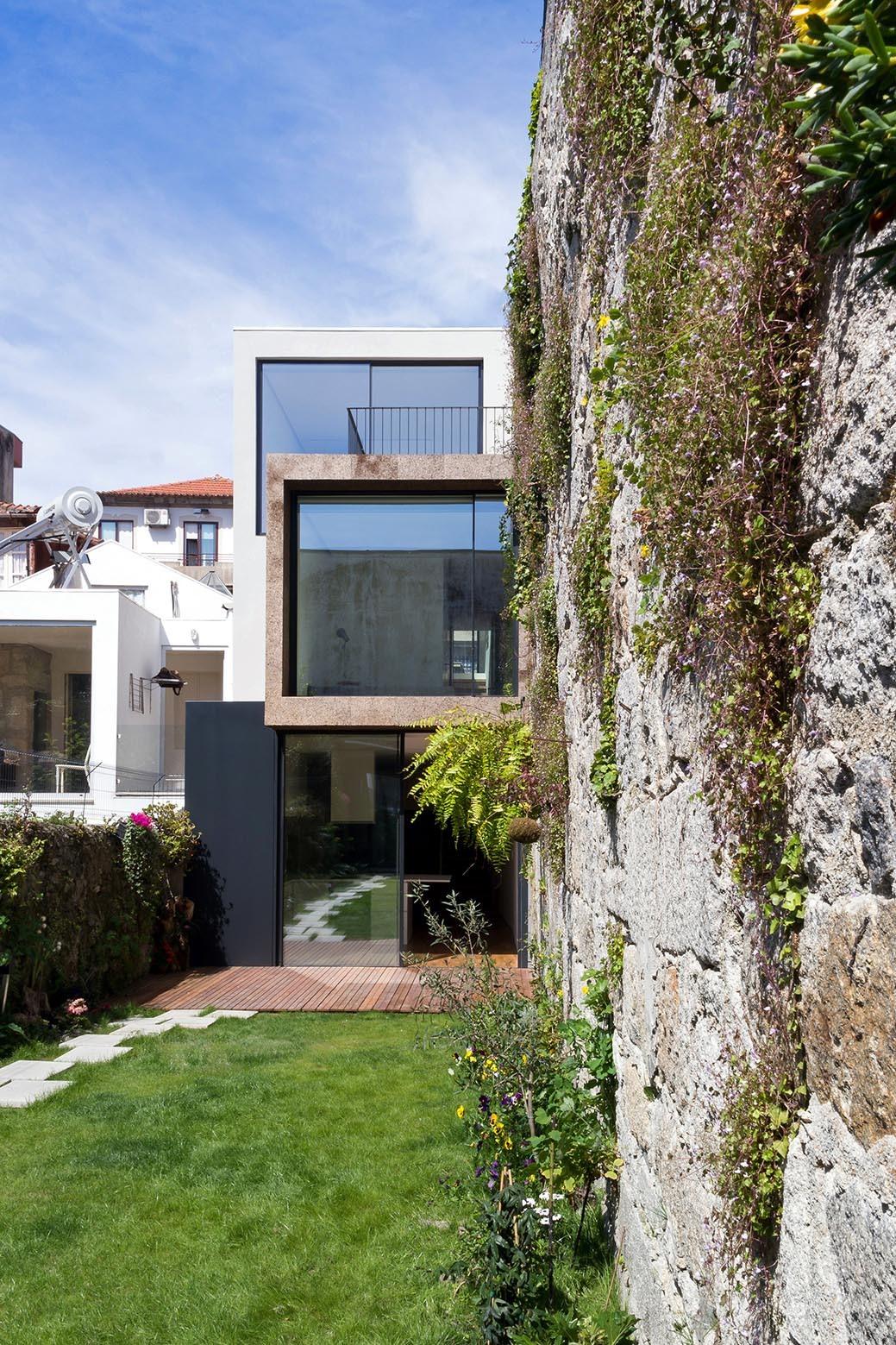 Casa Bonjardim / ATKA arquitectos