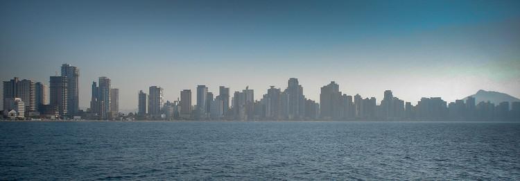 Um lugar ao sol em Balneário Camboriú: a cidade na corrida pelos maiores arranha-céus do Brasil, Skyline de Balneário Camboriú - SC. Image © Vitor Hirota, via Flickr. CC