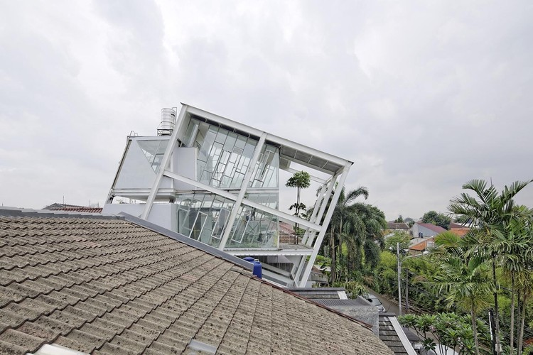 Slanted House / Budi Pradono Architects, © Fernando Gomulya