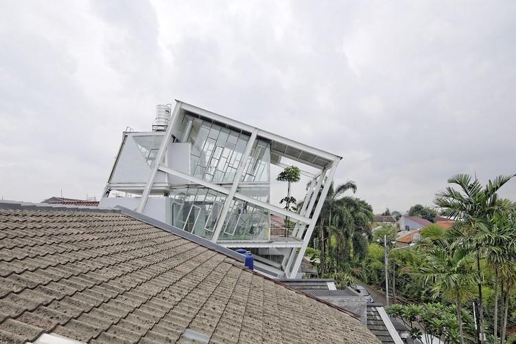 A Casa Inclinada / Budi Pradono Architects, © Fernando Gomulya