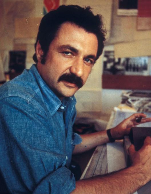 Construindo Arte: a vida e a obra de Frank Gehry. Uma conversa com Paul Goldberger, Frank Gehry em 1970 trabalhando no projeto da Residência Ron Davis (1972). Imagem Cortesia de Gehry Partners