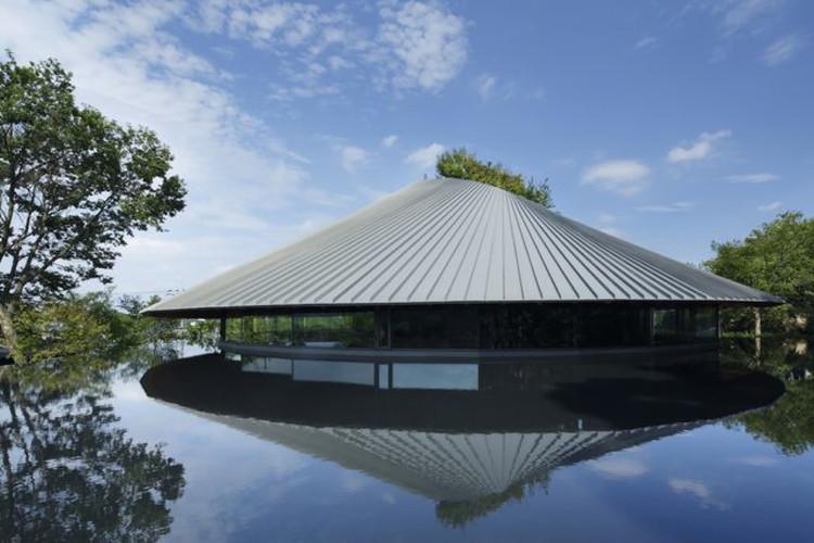Salón Comunitario Cementerio Sayama Lakeside  / Hiroshi Nakamura & NAP, © Koji Fujii / Nacasa and Partners