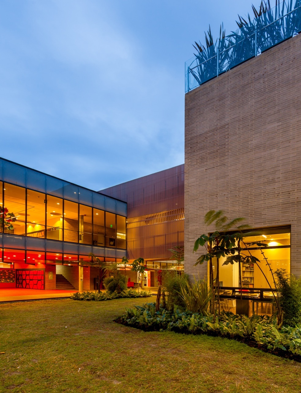 Galeria de edif cio primaria do col gio anglo colombiano for Arquitectos colombianos