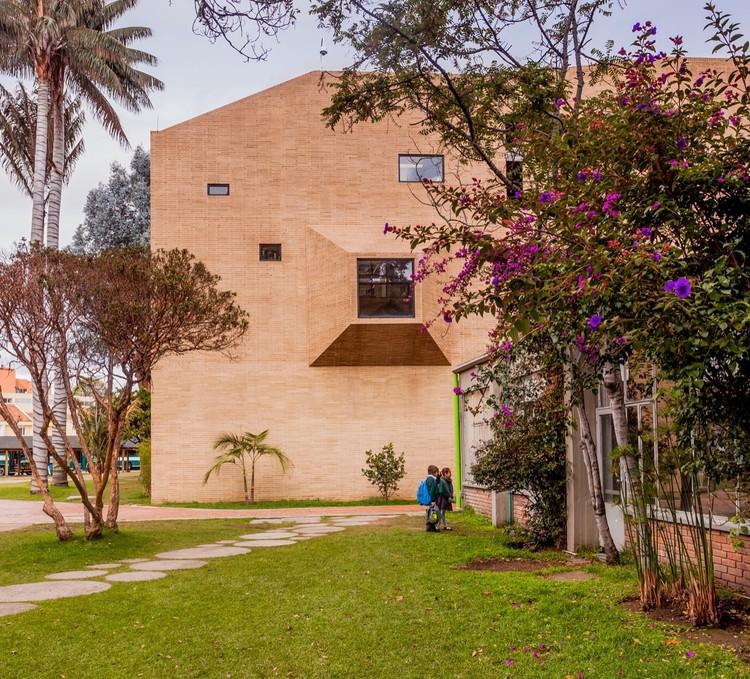 用棱形建筑围成的哥伦比亚小学  / Daniel Bonilla Arquitectos, © Rodrigo Dávila