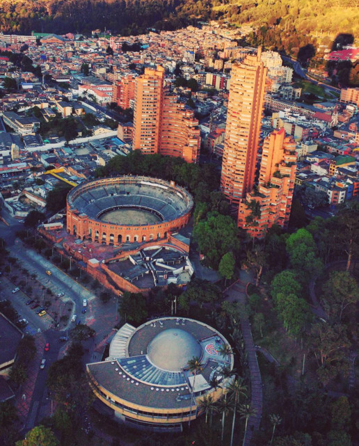 Arquitectura colombiana bajo el lente de Instagram, Torres del Parque, Plaza de Toros de Santamaría, Parque de la Independencia y el Planetario en Bogotá. Image © pharo_de_valkyrias [Instagram]
