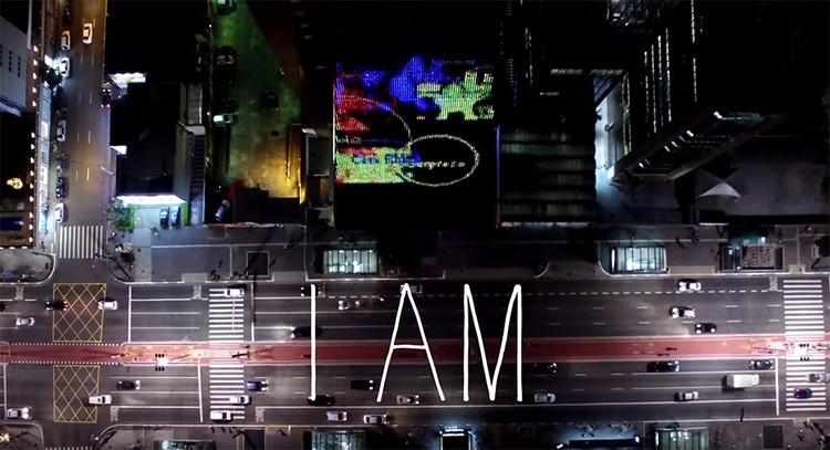 """""""Eu estou"""": Instalação de Guto Requena na Av. Paulista"""