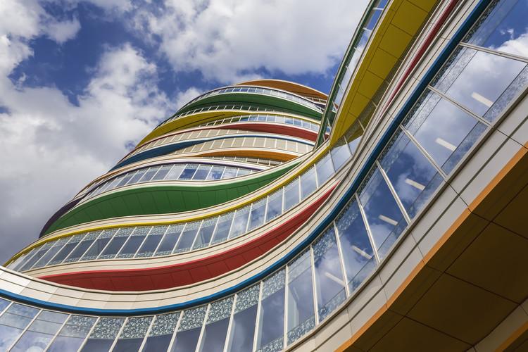 رنگ های روشن راهروهای دیوار بیرونی کلینیک معماری