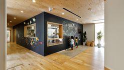 Escuela infantil SM / HIBINOSEKKEI + Youji no Shiro