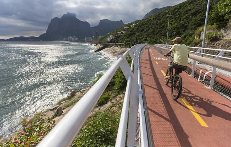 Rio de Janeiro inaugura ciclovia que conecta o Leblon a São Conrado, Ciclovia entre os bairros Leblon e São Conrado, no Rio de Janeiro. Image © Ricardo Borges/Folhapress