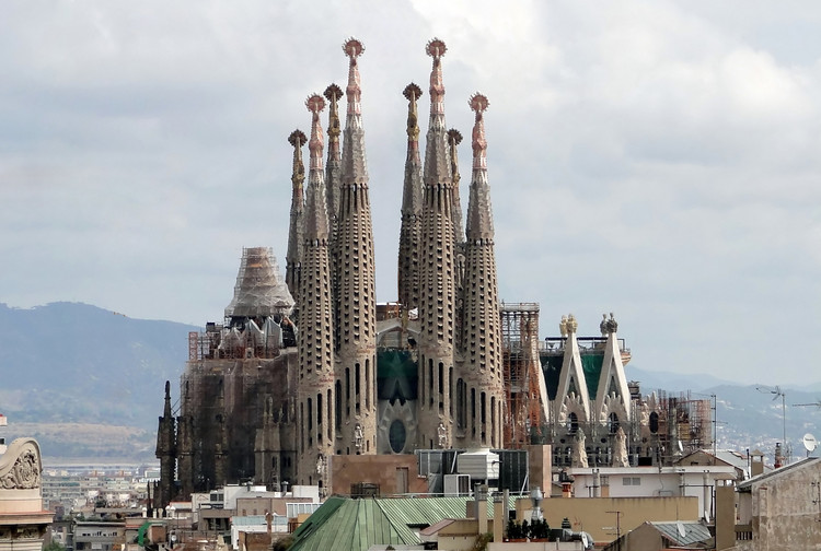 Video: The Six Towers that will Crown the Sagrada Família, Sagrada Família, circa 2009. Image © Wikipedia user Bernard Gagnon. Licensed under CC BY-SA 3.0 via Commons