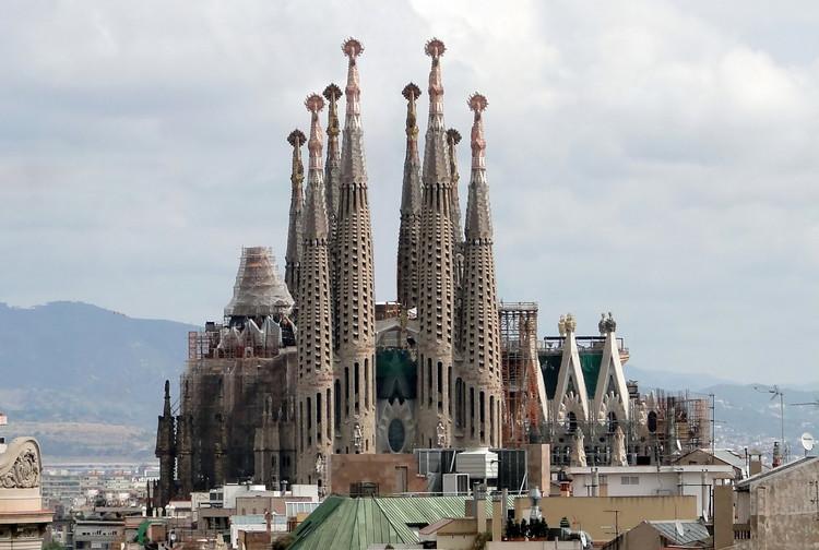 Vídeo: As seis torres que irão coroar a Sagrada Família, Sagrada Família, por volta de 2009. Imagem © Wikipedia user Bernard Gagnon. CC BY-SA 3.0 via Commons