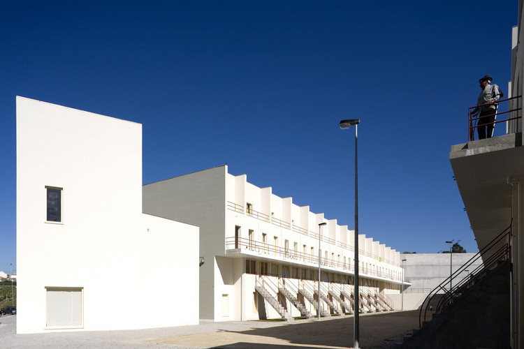 Siza revisita os conjuntos habitacionais que projetou na Europa, Coop. Águas Férreas, Bouça, Porto, Portugal - 2006. Image © Fernando Guerra | FG+SG