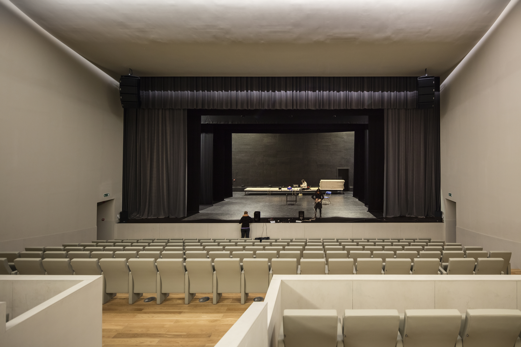 auditorium acoustics Auditorium acoustics 104 speakers make sound, acoustics clean it up when working with an acoustician in the design or renovation of a hall it is helpful for all to have an understanding of the basic concepts in auditorium acoustic design.