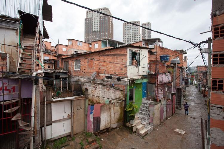 Parque Cidade Jardim e a favela Panorama: uma metáfora da São Paulo moderna, Favela Panorama com o Parque Cidade Jardim ao fundo. Image © Tuca Vieira. Via El País