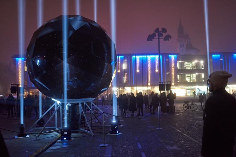 La instalación 'Moonolith' refleja la luna y las estrellas en domo geodésico, Cortesía de Martin Bricelj Baraga y el Museo del Arte Transitorio