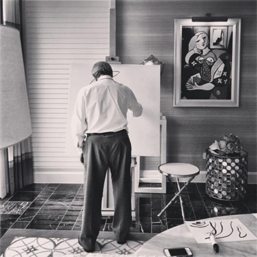 Arte portuguesa será divulgada no Google nos próximos anos, Álvaro Siza desenhando. Image © Fernando Guerra | FG+SG. Fonte: Instagram do fotógrafo