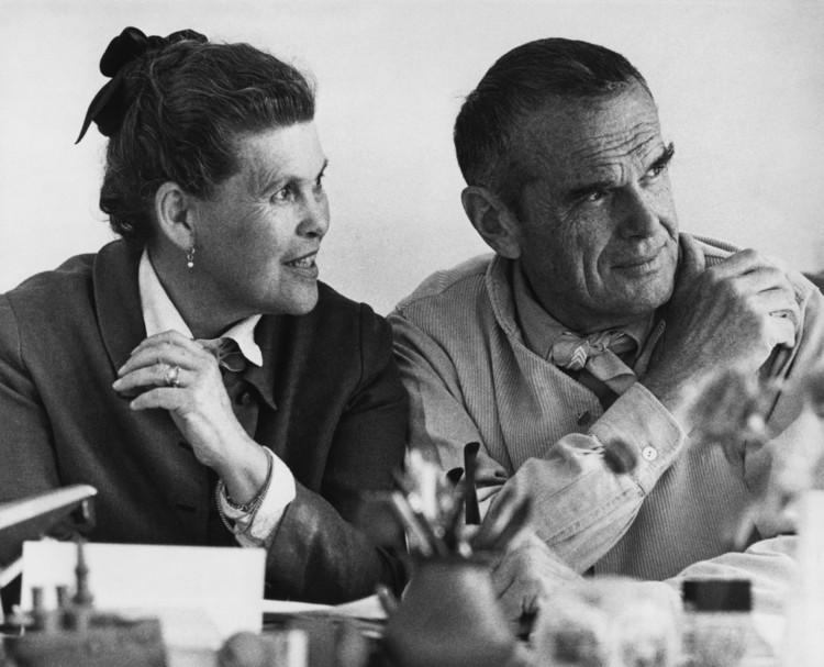 70 años de alianza con Charles y Ray Eames: la apuesta de Herman Miller por el diseño original, Charles y Ray Eames. Image Cortesía de Herman Miller