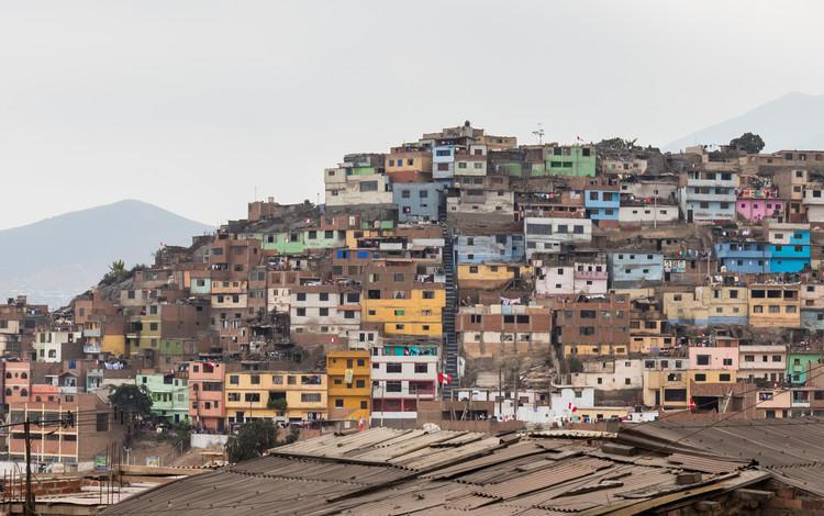 Déficit de vivienda en el Perú alcanza las 1.8 millones de unidades: ¿Alerta de trabajo para arquitectos?, Cerro de San Cristóbal, Lima, Perú. Image © Diego Delso / Wikimedia Commons