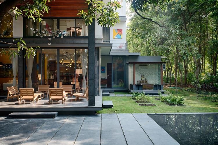 The Mango Tree House / Ujjval Panchal + Kinny Soni | ArchDaily