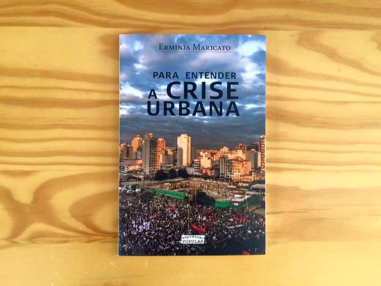 """Lançamento do livro """"Para entender a crise urbana"""", de Ermínia Maricato, em João Pessoa., """"Para entender a crise urbana"""", Ermínia Maricato."""