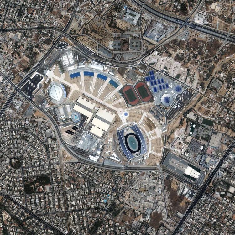 """Las villas olímpicas abandonadas son una oportunidad para miles de refugiados, © <a href=""""https://www.flickr.com/photos/gsfc/7651367324/"""">NASA Goddard Space Flight Center [Flickr]</a>, bajo licencia <a href=""""https://creativecommons.org/licenses/by/2.0/"""">CC BY 2.0</a>. ImageComplejo Olímpico de Deportes de Atenas en 2004"""