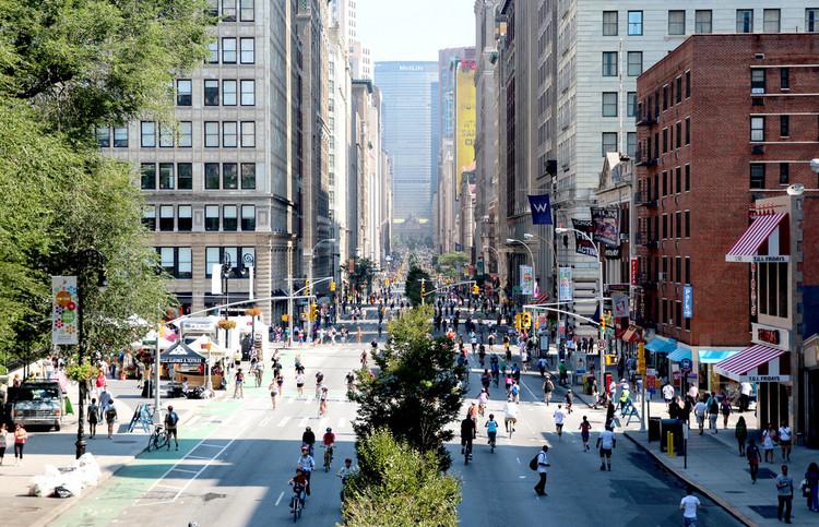 """As estratégias de Janette Sadik-Khan para humanizar as ruas, Union Square para o Programa """"Summer Streets"""", realizado em 2008. Imagem © NYCDOT, via Flickr"""