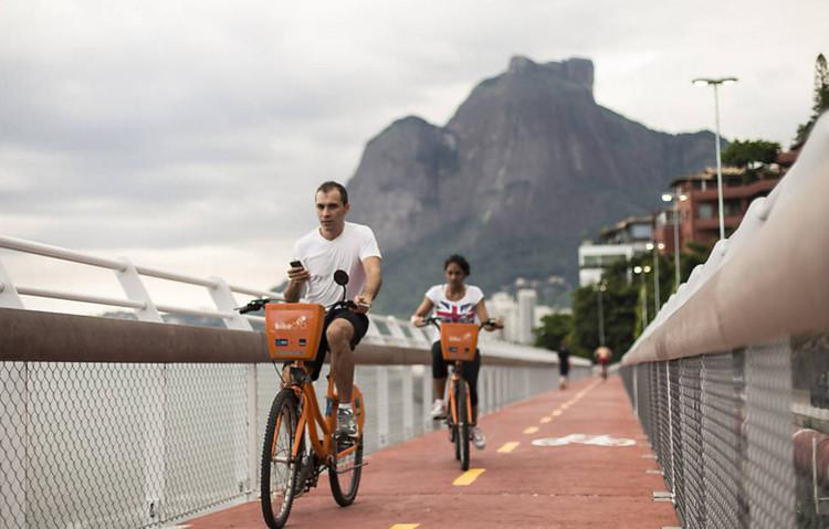 Rio de Janeiro sediará o maior encontro de ciclismo do mundo em 2018, Ciclovia entre os bairros Leblon e São Conrado, no Rio de Janeiro. Image © Ricardo Borges/Folhapress
