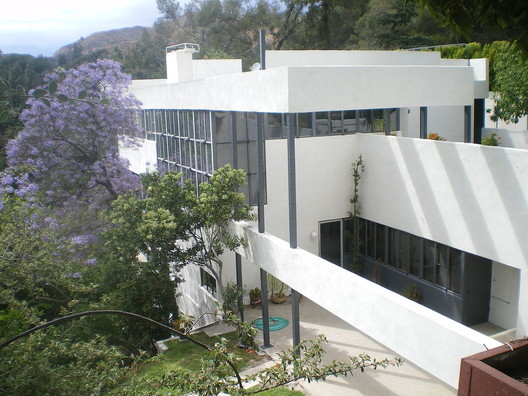 Lovell House, 1929. Image © <a href='https://commons.wikimedia.org/wiki/File:Lovell_House,_Los_Angeles,_California.JPG'>Wikimedia user Los Angeles</a> licensed under <a href='https://creativecommons.org/licenses/by-sa/3.0/deed.en'>CC BY-SA 3.0</a>