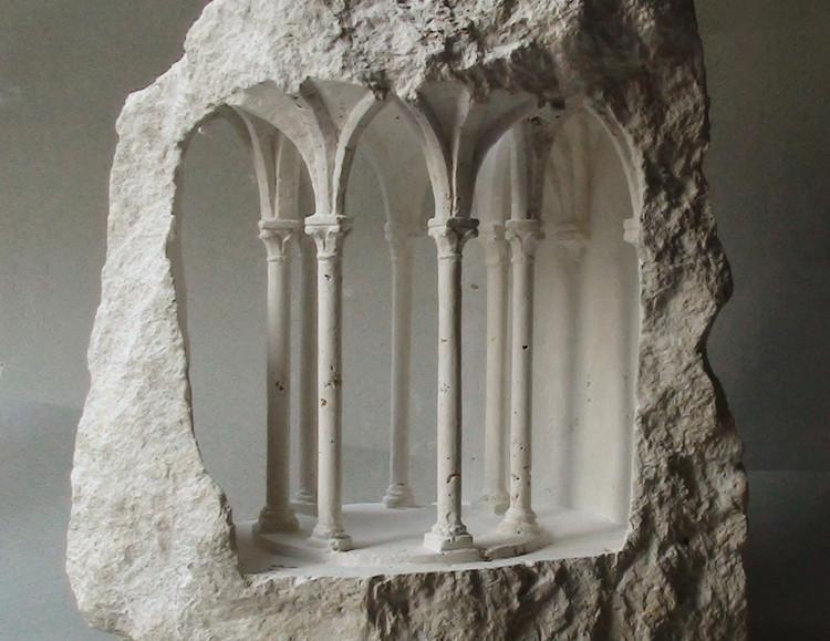 Esculturas de piedra revelan una arquitectura monumental a escala micro, Uno de los espacios en miniatura de Simmonds tallado en piedra (Corona). Imagen © Matthew Simmonds
