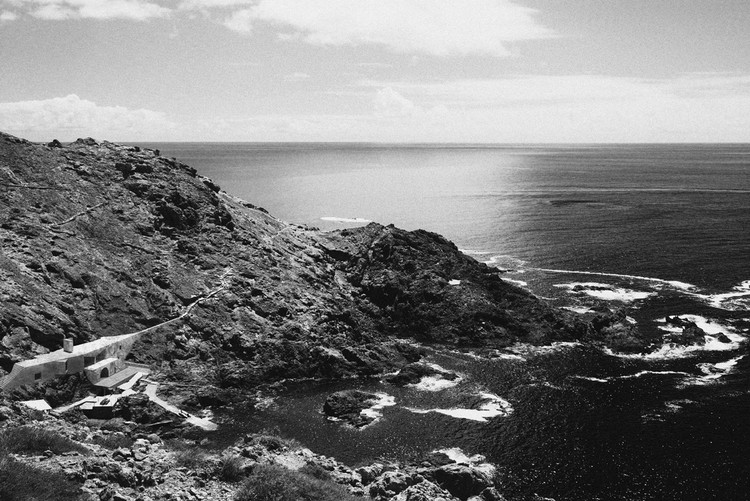 """Primeiro lugar no concurso """"Duas Casas nas Ilhas Selvagens"""" / Ponto Atelier, Vista Aérea de Ilha Selvagem Grande. Image Cortesia de Ponto Atelier"""