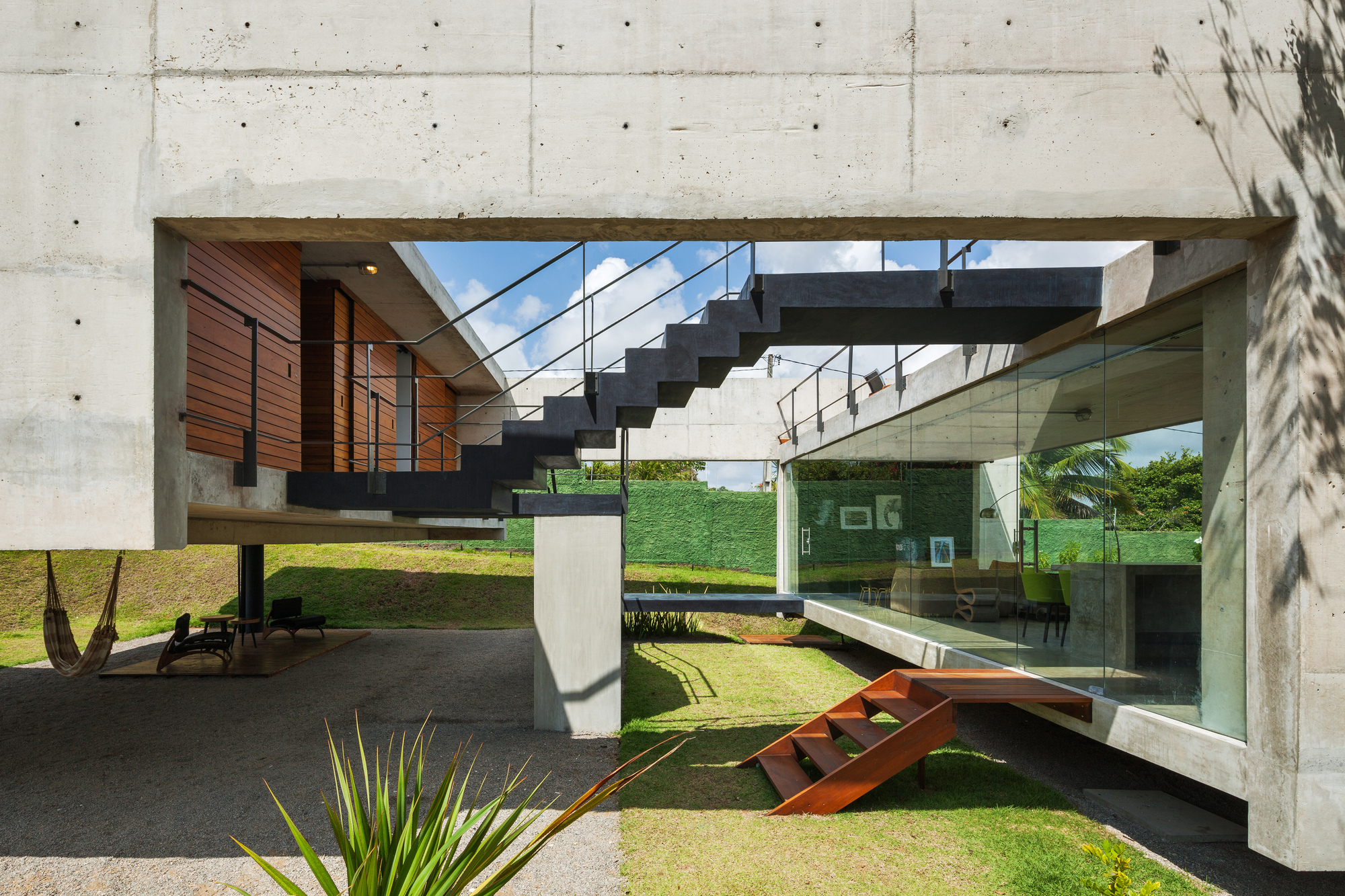 Two beams house yuri vital archdaily for Structural beams for houses