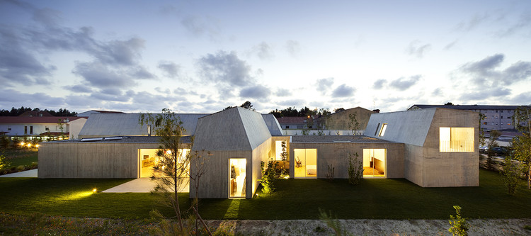 A arquitetura do bom selvagem / Valdemar Cruz, Casa em Ovar, de Paula Santos. Image © Nelson Garrido