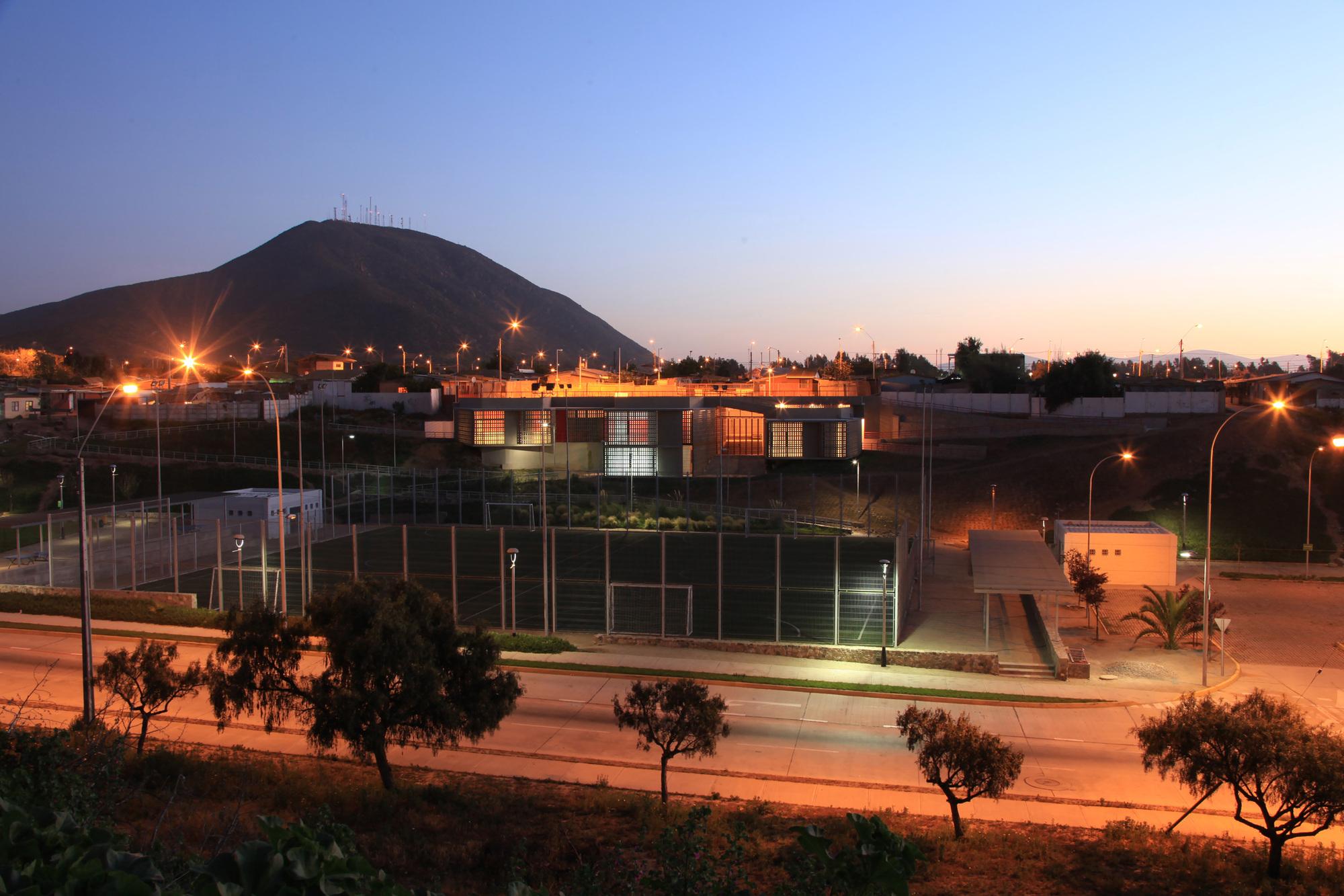 Social Community Center / 3 Arquitectos