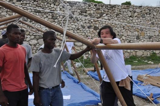 Shigeru Ban levantando una estructura de cartón en Haití. Image via Flickr. Autor: Forgemind ArchiMedia. Licensed under CC BY-NC 2.0