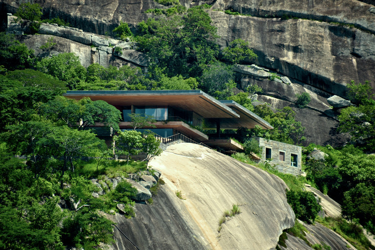 Casa Gota Dam: Una casa sobre una roca / Sforza Seilern Architects, © Angela Geddes