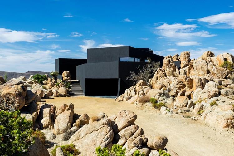 Black desert house oller pejic architecture archdaily for Desert style house plans