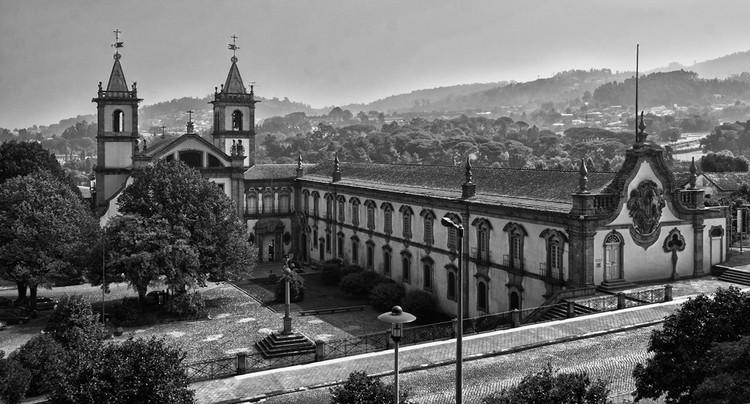 Álvaro Siza e Souto de Moura inauguram dois novos museus em Santo Tirso, Mosteiro de S. Bento em Santo Tirso, nas proximidades dos dois novos museus de Siza e Souto de Moura. Image © Turismo En Portugal, cia Flickr. CC