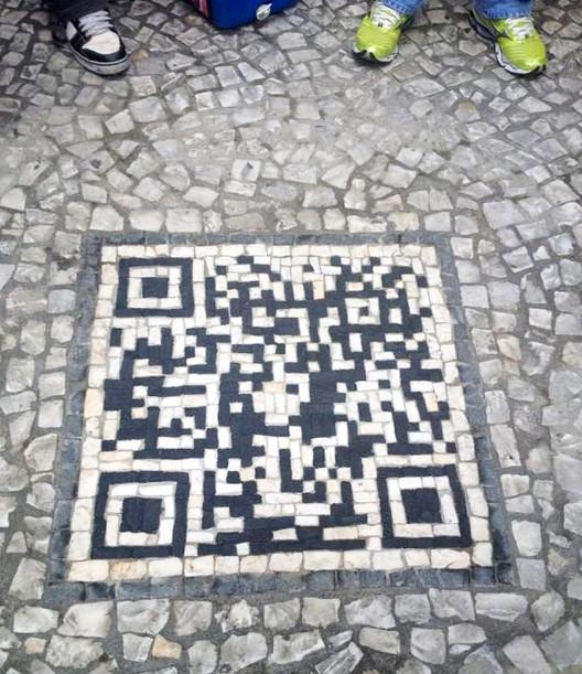 QR Code em calçada de Curitiba traz informações sobre a cidade, QR Code em calçada no centro de Curitiba. Image via blogdojj.com.br