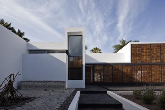 Casa Estudio en el mar Chapálico / ATELIER ARS°