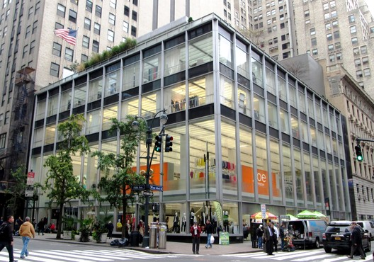 Manufacturer's Trust Building. Image © <a href='https://commons.wikimedia.org/wiki/File:Manufacturers_Trust_Company_Building_510_Fifth_Avenue.jpg'>Wikimedia user Beyond My Ken</a></noindex></noindex> licensed under <noindex><noindex><a target=