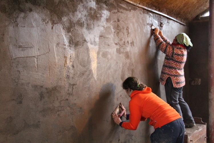 2º ENACOT: mural de tierra en USACH, Curso en obra de realización de estucos de tierra de terminación en Peñalolén. Fotografía: Anne Lemarquis, Escuela de Construcción en Tierra ECoT