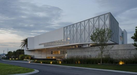 JRB House  / Reims Architecture